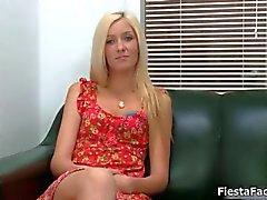 Söt blond tjej kommer in för sin första