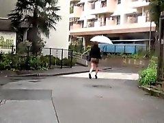 Meretrizes asiáticas mijam sob chuva