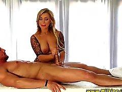 Masseuse Babe strofina il hard cock