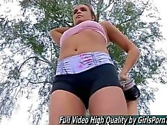 Adolescente de medio desnudo Sacudidas de en público