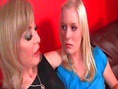 Teen docka förförda av lesbisk kåt MILF med kyssar