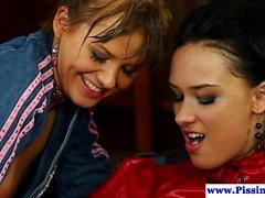 Mijando lésbicas que faz xixi em threeway vestida