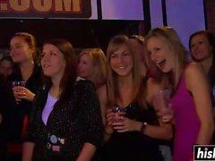 Garotas safadas ficam nuas na festa