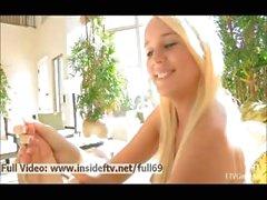 Alexis _ Amateur blond zeigt uns und die spielt mit ihrem nackten Füße