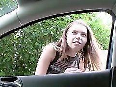 Сексуальная красотка Marina получает ударил в автомобиль