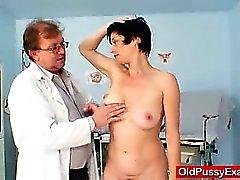 Mamã Busty Barbora de exame ginecomastia de buceta verdadeira