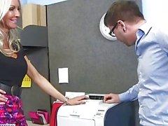 Mulheres maduras Emma Starr seduz seu colega de trabalho - Naughty Office - Naughty America