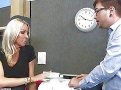 MILF Emman Starrin viettelee hänen työkaverin - Naughty Office - tuhma America