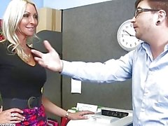 MILF Emma Starr séduit son collègue - Naughty Office - Naughty America