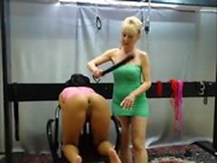 Dirty blonde har lite hård BDSM spanking
