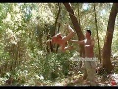 Biondo è legato ad occhi bendati nella una foresta ea si è suo rubinetto brutalmente uno strattone via