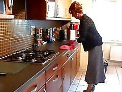 Femminuccia della casalinga Lavare i piatti