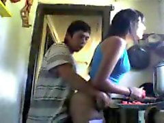 pendejo se fode um su prima mientras cocina