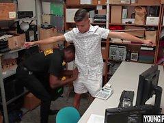 GayShoplifter - Dieb wird von schwarzen Schwanz gefickt