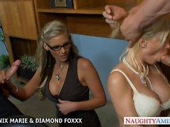 Blondines de Phoenix Marie et Diamond Foxxx baiser dans foursome