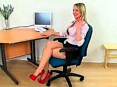 Británica MILF de Sofía masturbándose de la oficina