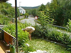 nudismo trabalhando no jardim