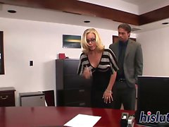Atemberaubende Sekretärin Nicole Aniston wird geschlagen