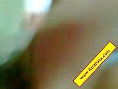 Sudanesisk teen på knä på Gräs samt suger en stor balle , att hon