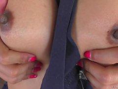 Busty Thai Ladyboy masturbiert ihren Arsch