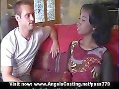 Noiva afro inocente trio faz boquete para dois caras com tesão