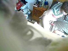 Mijn moeder masturberen gevangen door verborgen cam op de kast
