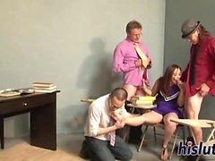 gangbang Kinky avec une jeune asiate