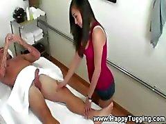 Sexy masseuse krijgt heet en geil voor haar cliënt