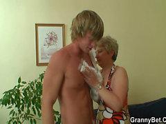 Ему сверлит ее бритая старую вагина