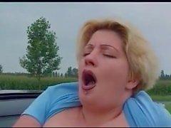 Pissing Aktion, bbw Mädchen, Pissen aus Autofenster fahren