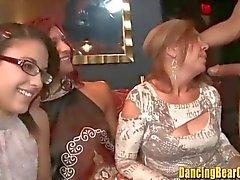 Bata as meninas Mamas Out e chupar paus Stripper