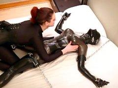Savannah cócegas, torturas e sufoca uma menina de borracha acorrentada