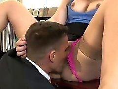 Sexy Dani sitzt auf einem dicken Schaft
