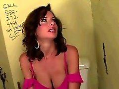 Lustloch Fänge busty Brunette Dirnen die Aufmerksamkeit