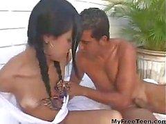 Schattige Latina Teen Met Bretels Takes A Cock