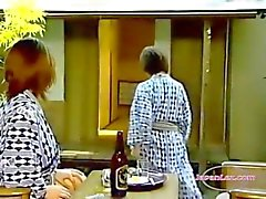 Deux femmes asiatiques léchant And Fingering Chattes 69 baisent avec des Strapon sur le blanchet In The de Roo