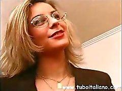 Italiaanse office manager krijgt haar jongens in voor sommige hete fucking