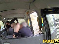 Falsa Taxi Quente morena australiana em calcanhares