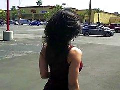Denise Milani zu Fuß die Straße