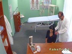 Schönes geduldig saugt Schwanz Doktoren