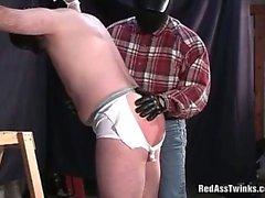 Homo chaude obtient liée et le spnaked avant de la sodomiser serré