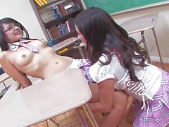 Big Boobed Taylor Vixen und unschuldig Blick Sophia Jade einander spielen mit - Szene 1