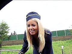 Seksikäs vaaleita lentoemäntä Christenin Courtneyn hyökkäili paikka autossa