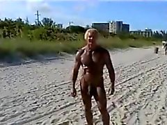 De 70 anos fisiculturista com praia nu