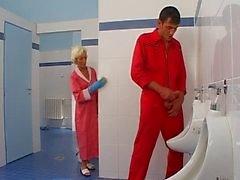 Tuvalette olgun seks