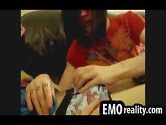 Schüchtern Teen emo kissing seine Freunde Schwänze in seine Unterhose