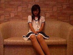 Séduisante fille asiatique avec les jambes sexy met son beau seins o