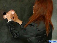 Klasik bukakke, kızıl saçlı pussyrubbing ile kaplı
