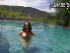 GF simning naken innan hon ger en titjob och en avsugning