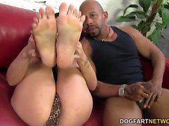Eva Angelina abspritzt BBC mit ihren sexy Füßen